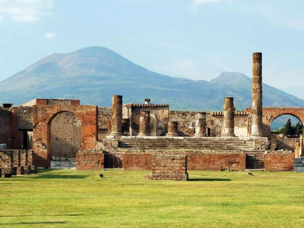 How to Travel from Naples to Pompei